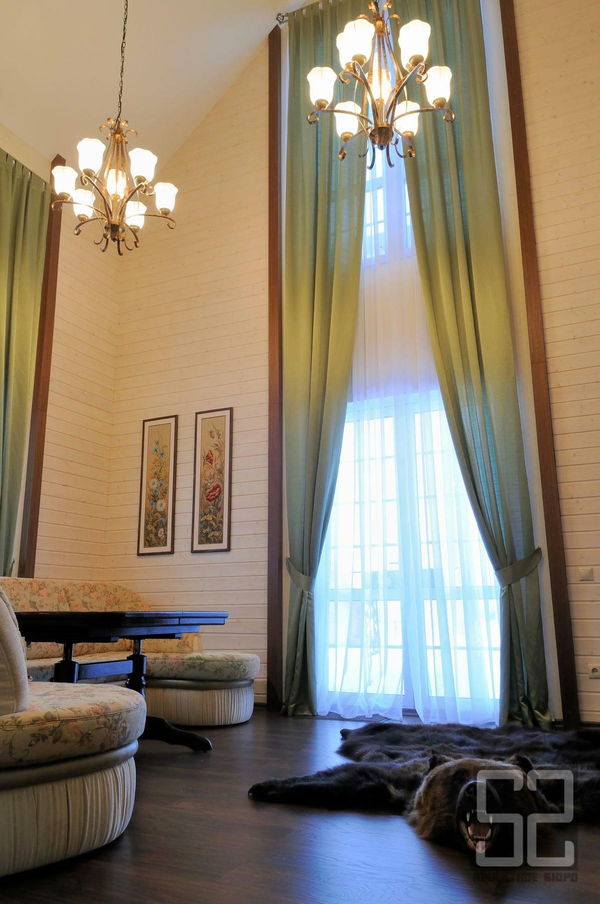 дизайн интерьера гостиной с высокими потолками в загородном доме